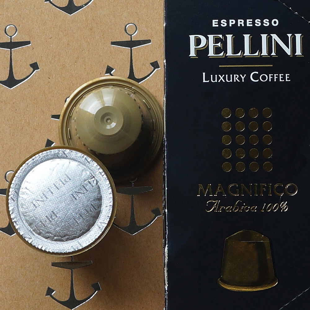 Pellini Espresso - Magnifico coffee capsules with black packaging box on a brown background