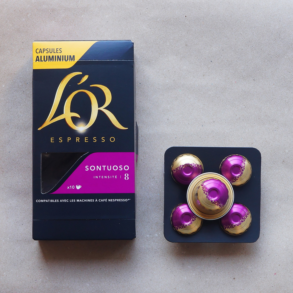 Sontuoso by L'Or Espresso - five colourfull coffee capsules with a box on grey background